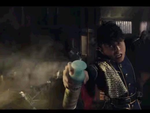 臭いを断ち切れ!消臭力の新CMで西川貴教さんが抜刀ならぬ抜ボトルを披露