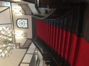 鳳鳴館の階段 赤じゅうたん