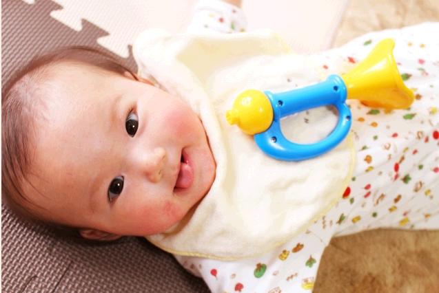 4〜5ヶ月の赤ちゃんの遊び。成長を促す接し方