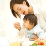 赤ちゃんはなぜ食べ物を投げるの?対処法は?